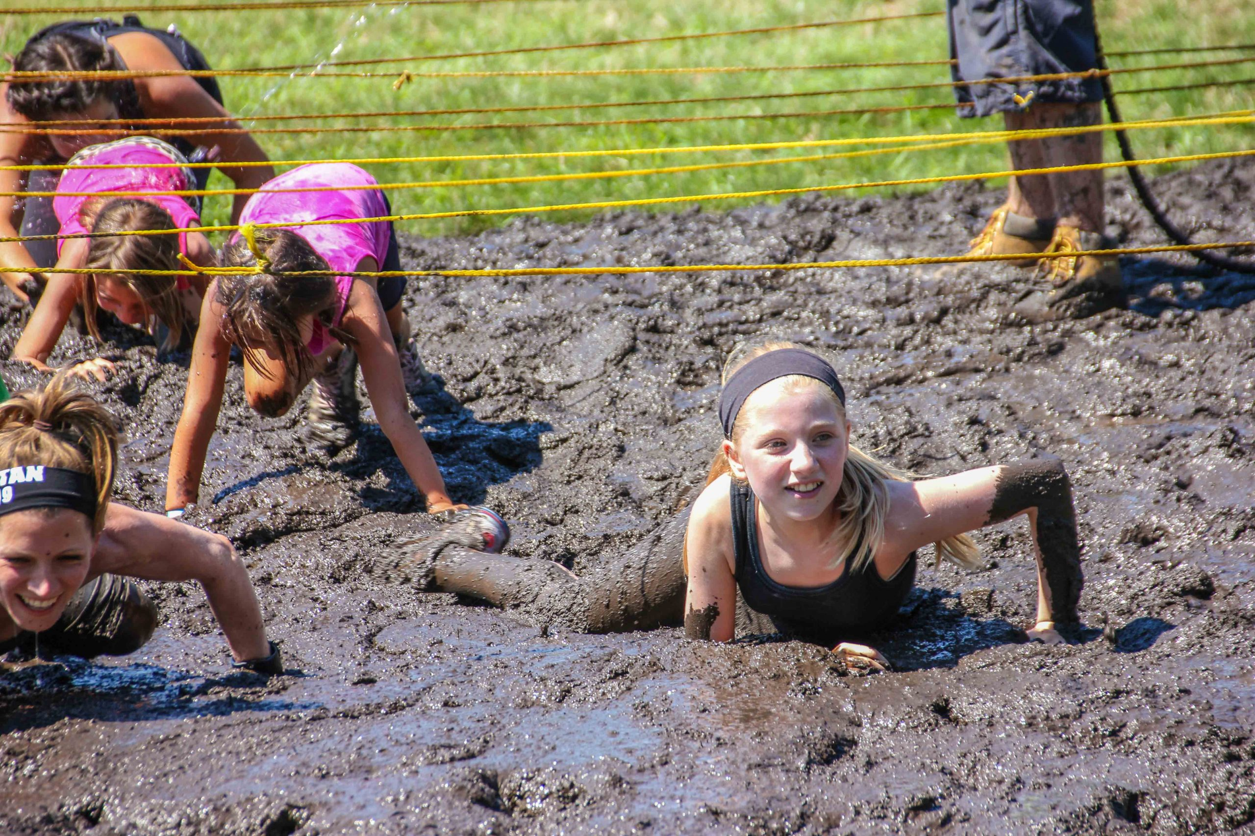 girls mud run crawl